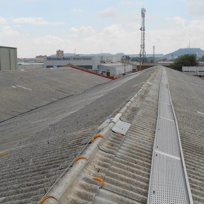 Línea de vida, cubierta fibrocemento - LUXTOP Sistemas Anticaídas, Calle Talabarteros,Herencia, España